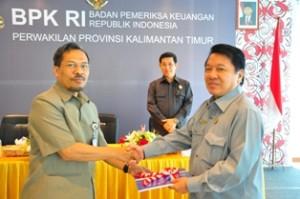 Kepala Perwakilan menyerahkan LHP kepada Ketua DPRD Malinau