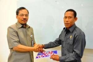 Kepala Perwakilan menyerahkan LHP kepada Ketua DPRD Bulungan