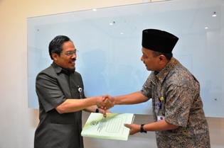 Sekkot Tarakan menyampaikan Laporan Keuangan Kota Tarakan kepada Kepala Perwakilan