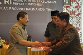 1. Kepala Perwakilan menyerahkan LHP atas LKPD Kota Tarakan kepada Ketua DPRD Kota Tarakan