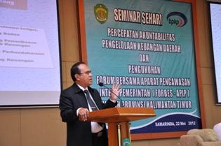 Gambar 1. Presentasi Staf Ahli Bidang BUMN, BUMD, dan Kekayaan Negara/Daerah yang Dipisahkan Lainnya BPK di Seminar Sehari Percepatan Akuntabilitas Pengelolaan Keuangan Daerah