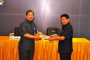 Gambar 1. Kepala Perwakilan menerima LK Pemkab Kutai Barat Tahun Anggaran 2011 yang disampaikan oleh Wakil Bupati Kutai Barat