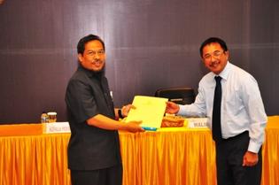 Gambar 1.Kepala Perwakilan menerima LK Pemkot Balikpapan Tahun Anggaran 2011 yang disampaikan oleh Walikota Balikpapan