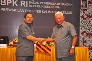 Gambar 1. Gubernur Kalimantan  Timur menyampaikan Laporan Keuangan Pemerintah Provinsi Kalimantan Timur kepada Kepala Perwakilan