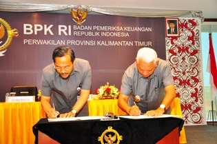 Gambar 2. Gubernur Kaltim dengan Kepala Perwakilan menandatangani berita acara serah terima laporan keuangan