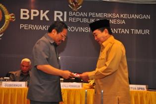Gambar 2. Kepala Perwakilan menyampaikan LHP kepada Ketua DPRD Provinsi Kalimantan Timur