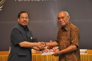Gambar 2. Bupati Paser menerima LHP atas LKPD Kabupaten Penajam Paser Utara yang diserahkan oleh Kepala Perwakilan