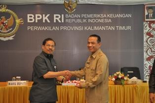 Gambar 2. Wakil Bupati Penajam Paser Utara menerima LHP atas LKPD Kabupaten Penajam Paser Utara yang diserahkan oleh Kepala Perwakilan