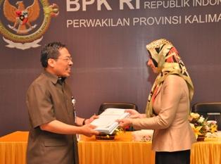 Gambar 1. Bupati Kutai Kartanegara menyampaikan Laporan Keuangan Pemerintah Kabupaten Kutai Kartanegara kepada Kepala Perwakilan