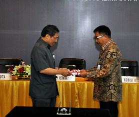 Gambar 1. Kepala Perwakilan menyerahkan LHP atas Laporan Keuangan Pemerintah Kota Balikpapan TA 2011 kepada Walikota Balikpapan