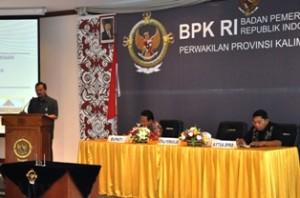 Kepala Perwakilan didampingi Bupati Bulungan dan Ketua DPRD Bulungan dalam sambutannya pada penyerahan LHP atas LKPD Pemkab Bulungan Tahun Anggaran 2011