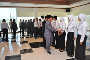 Gambar 3. Kepala Perwakilan beserta seluruh pejabat struktural BPK Kaltim memberikan selamat kepada pegawai yang dilantik