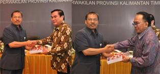 Gambar 1. Kepala Perwakilan menyerahkan LHP atas LKPD Kabupaten Kutai Barat kepada Bupati dan Ketua DPRD Kutai Barat