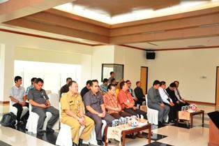 Gambar 2. Anggota Dewan, Pejabat Struktural Pemerintah Kabupaten Kutai Barat beserta Pejabat Struktural BPK Perwakilan Kaltim turut menghadiri penyerahan tersebut