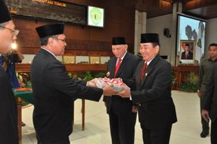 Gambar 1. Tortama KN VI menyerahkan LHP atas LK Pemprov Kaltim kepada Ketua DPRD Provinsi Kaltim