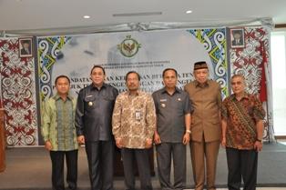 Gambar 6. Foto Bersama Kepala Perwakilan dengan beberapa Kepala Daerah yang menandatangani Keputusan Bersama
