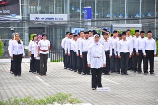 Gambar 1. Seluruh pegawai mengikuti upacara hari ibu.