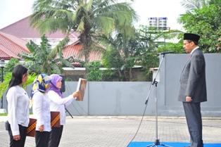 Gambar 2. Kepala Perwakilan bertindak sebagai inspektur upacara