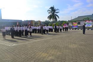 Gambar 4. Seluruh pegawai dengan khidmat mengikuti upacara bendera