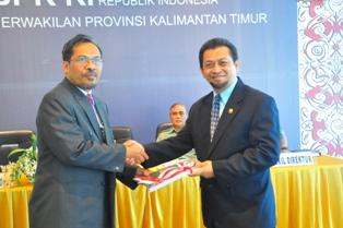 Gambar 1. Kepala Perwakilan menyerahkan LHP Kepada Wakil Ketua DPRD Provinsi Kaltim