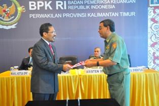 Gambar 1. Kepala Perwakilan Menyerahkan LHP Kepada Wakil Direktur RSUD A. Wahab Sjahranie