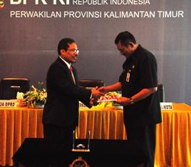 Gambar 1. Kepala Perwakilan menyerahkan LHP Kepada Ketua DPRD Balikpapan