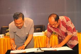Gambar 2. Kepala Perwakilan dan Sekda Kabupaten Paser menandatangani BAST penyerahan LHP
