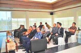 Gambar 3. Pejabat Struktural dan jajaran pejabat pada pemerintah Kabupaten Paser menghadiri acara penyerahan tersebut.