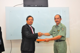 Gambar 1. Sekda Paser menyampaikan Laporan Keuangan Kabupaten Paser kepada Kepala Perwakilan
