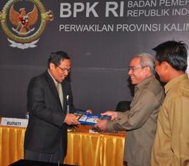 Gambar 1. Bupati Kutim menyampaikan Laporan Keuangan kepada Kepala Perwakilan