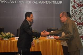 Gambar 1. Kepala Perwakilan menyerahka LHP kepada Wakil Ketua DPRD Prov. Kaltim