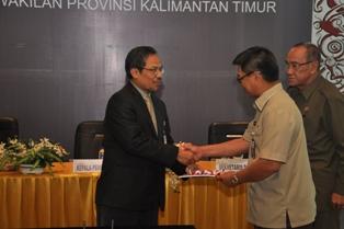 Gambar 2. Sekda Provinsi Kaltim menerima LHP Jamkesmas dan Jamkesda dari Kepala Perwakilan