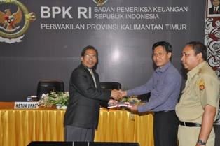 Gambar 1. LHP Jamkesmas dan Jamkesda diserahkan oleh Kepala Perwakilan kepada Ketua DPRD