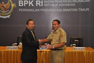 Gambar 2. Kepala Perwakilan Menyerahkan LHP kepada Wakil Walikota Samarinda
