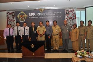 Gambar 3. Kepala Perwakilan, Walikota, Ketua DPRD beserta tamu undangan lainnya berfoto bersama seuasai acara penyerahan LHP