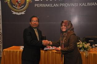 Gambar 1. Kepala Perwakilan menyerahkan LHP Jamkesmas Kota Balikpapan kepada Wakil Ketua DPRD