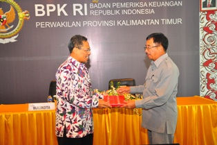 Gambar 1. Walikota Balikpapan menyampaikan Laporan Keuangan Pemkot Balikpapan kepada Kepala Perwakilan