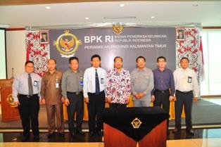Gambar 2. Foto bersama Kepala Perwakilan, Walikota Balikpapan beserta segenap pejabat struktural BPK dan Pemkot Balikpapan