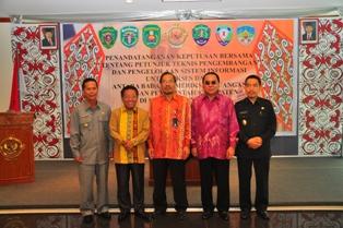 Gambar 4. Foto Bersama antara Kepala Perwakilan dengan Bupati Bulungan, Kutai Barat, Tana Tidung, dan Wakil Bupati Kutai Timur