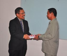 Gambar 2. Kepala Perwakilan menyerahkan LHP kepada Wakil Ketua DPRD Tarakan