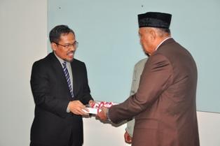Gambar 1. Kepala Perwakilan menyerahkan LHP kepada Walikota Tarakan