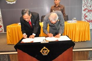 Gambar 2. Kepala Perwakilan dan Wakil Ketua DPRD Nunukan menandatangani BAST