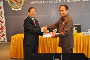 Gambar 1. Kepala Perwakilan menyerahkan LHP kepada Bupati Nunukan