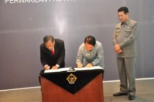 Gambar 3. Penandatanganan BAST oleh Kepala Perwakilan dan Ketua DPRD Malinau