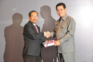 Gambar 2. Kepala Perwakilan menyerahkan LHP kepada Bupati Malinau