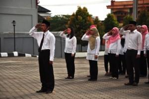 Gambar 3. Kasubag Setkalan bertindak sebagai komandan upacara