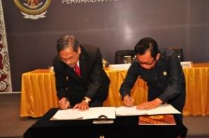 Gambar 2. Penandatanganan Berita Acara Serah Terima LHP antara Kepala Perwakilan dan Ketua DPRD Kab. Tana Tidung