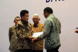 Gambar 1. Penyerahan sertifikat BSM dari Dirjen Dikmen kepada Walikota Balikpapan