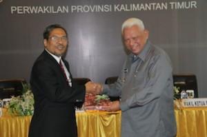 Gambar 1. Gubernur menyampaikan Laporan Keuangan kepada Kepala Perwakilan