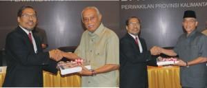 Gambar 1. Kepala Perwakilan menyerahkan LHP kepada Walikota Tarakan (foto kanan) dan kepada Bupati Paser (foto kiri)